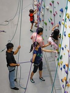 criança escalando parede