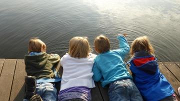 crianças de costa no lago