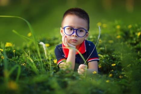 menininho de óculos