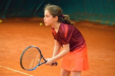 menina-jogando-tenis